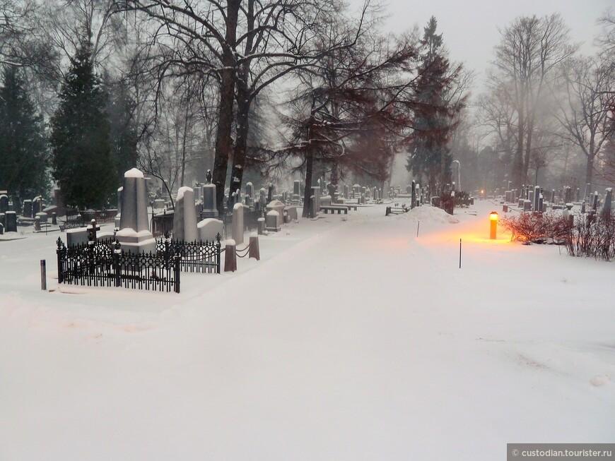 """Хи́етаниеми - государственное кладбище в Хельсинки. В переводе с финского Хиетаниеми означает """"песчаная коса"""", такое название кладбище получило в связи с тем, что оно находится на мысе, расположенном в центре Хельсинки."""