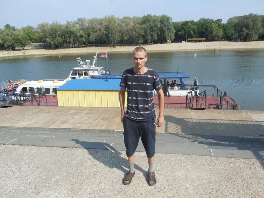Причал «Киевский спуск», катер и парк Гомельского дворцово-паркового ансамбля (Гомельский парк имени Луначарского) на противоположной стороне
