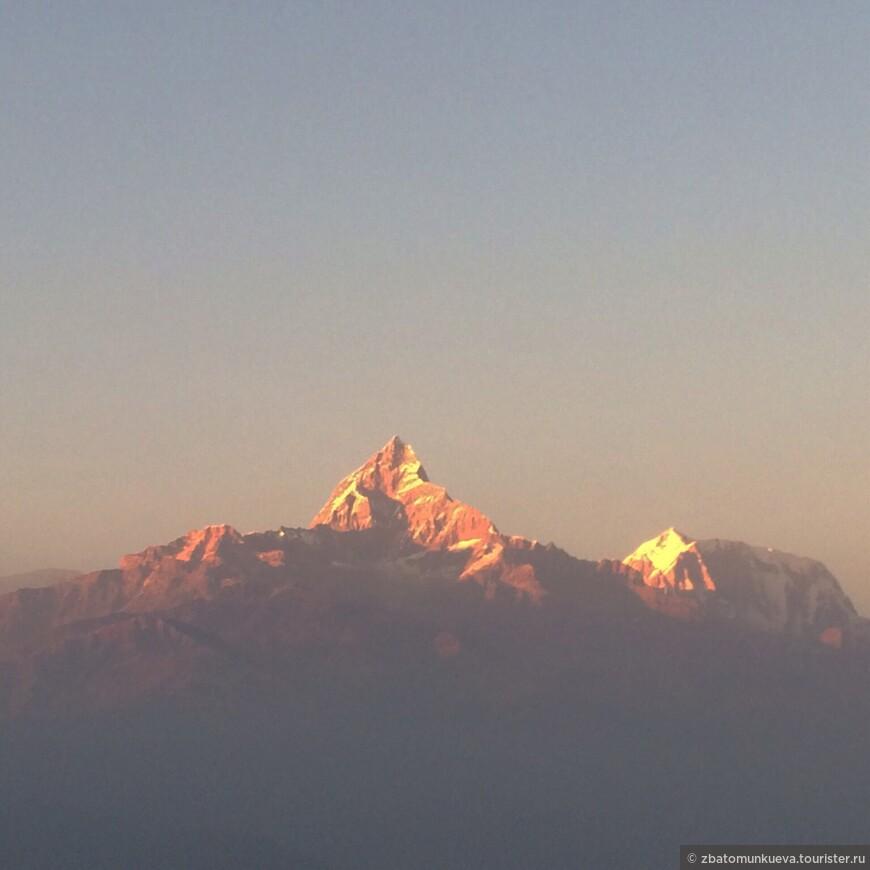 Одна из красивых вершин Гималайских гор, Мачапучаре или второе популярное название Рыбий хвост. Её вершина окутана легендами и мистикой.