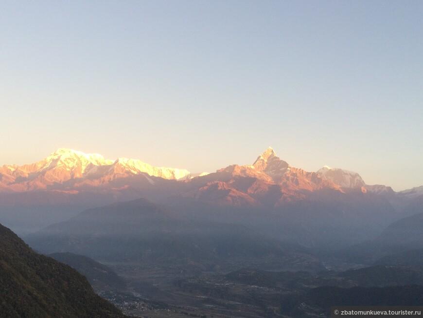 Сарангкот  - то самое место, откуда открывается потрясающая панорама на Гималайсие вершины. Час езды на скутере от города Покхары или можно совершить мини-трек на целый день для подъема на высшую точку Сарангкот.