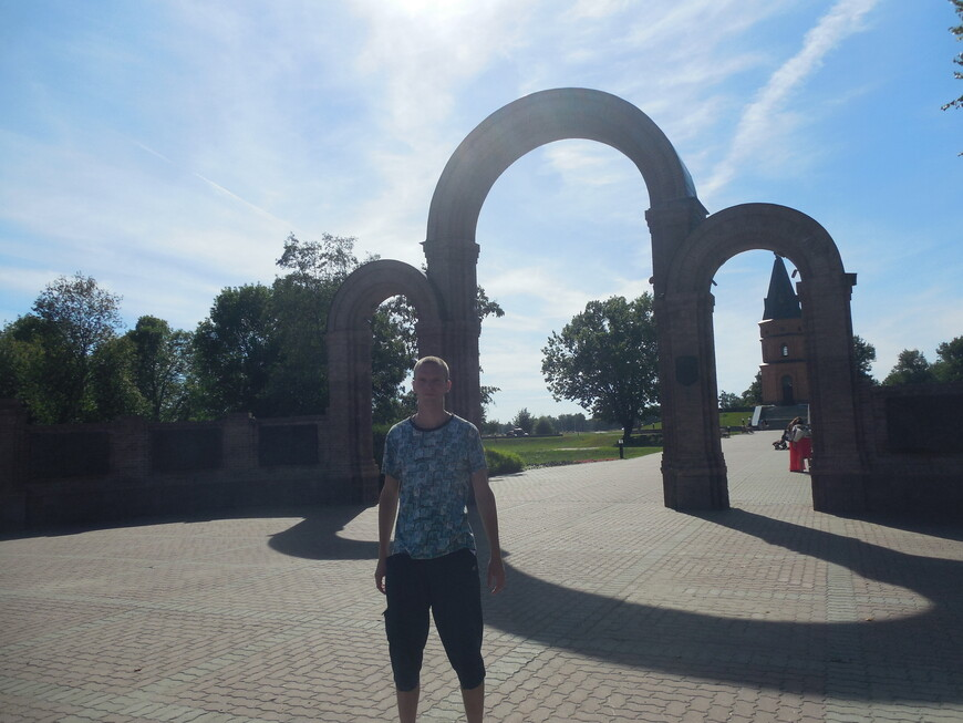 Мемориальный комплекс «Буйничское поле»: мемориальная арка главного входа
