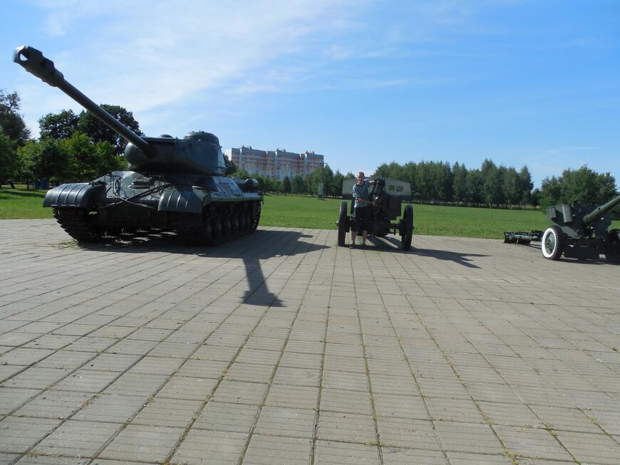 Мемориальный комплекс «Буйничское поле»: танк ИС-2, 122-мм гаубица М-30 и пушка Д-44