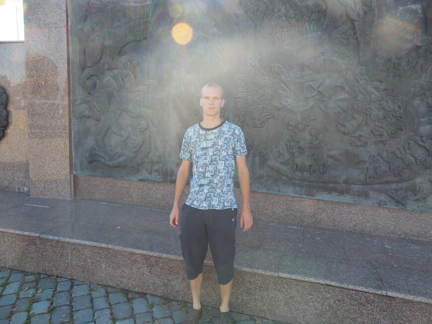 Площадь Славы (Советская площадь): братская могила 15 красноармейцев 35-го бронеотряда