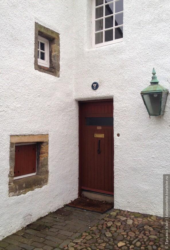 Мне интересно, что доставали, для чего использовали маленькую дверь в стене? Это же не окно, а дверь, очень маленькая, но дверь!