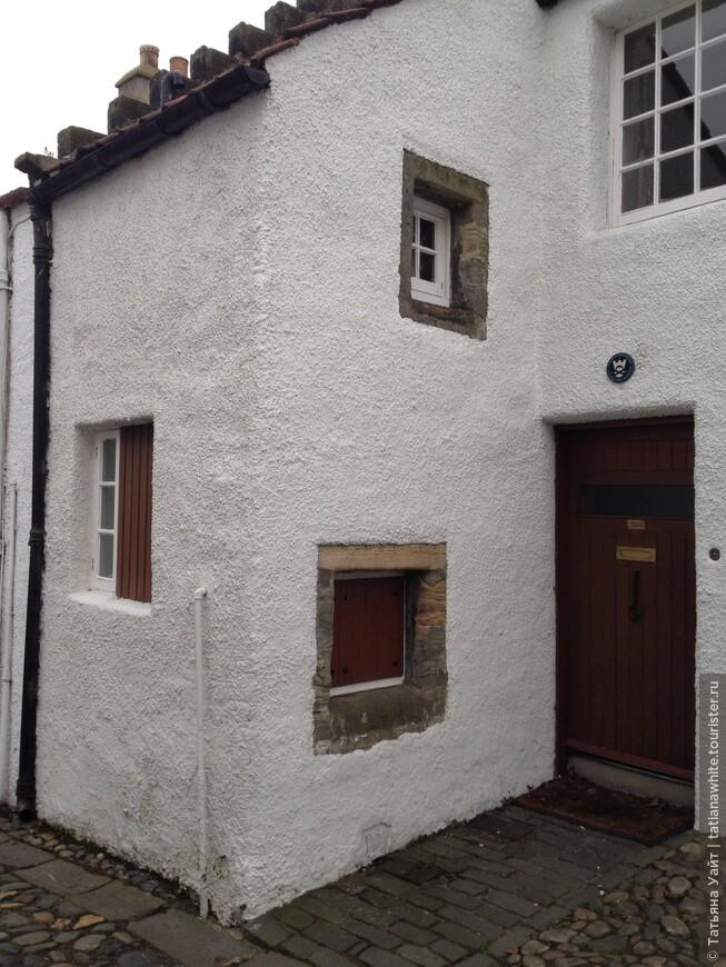 Маленькие окна (в контрасте), то что слева - очень интересное, т.к. наполовину закрыта деревянной решёткой.