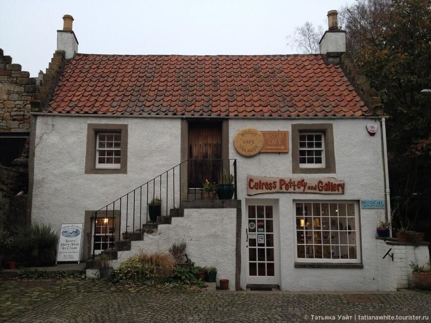 """Такие белоснежные двух-этажные домики в Шотландии я назаваю """"домики с рукавами-манжетами"""" (лесенкой)."""