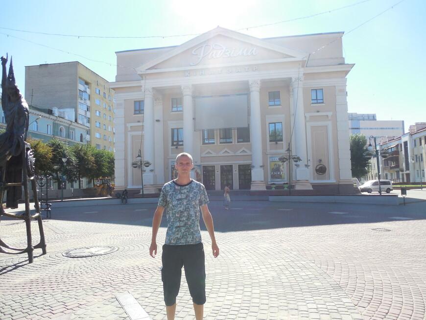 Площадь Звёзд: кинотеатр «Родина» и скульптура Звездочёта