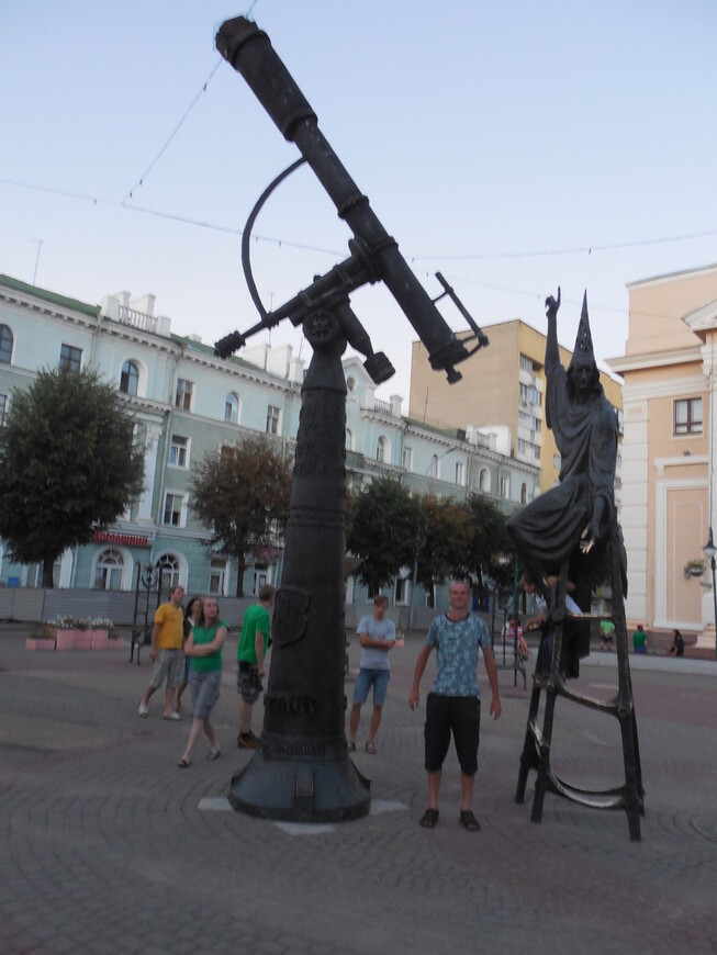 Площадь Звёзд: скульптура Звездочёта и 12 стульев
