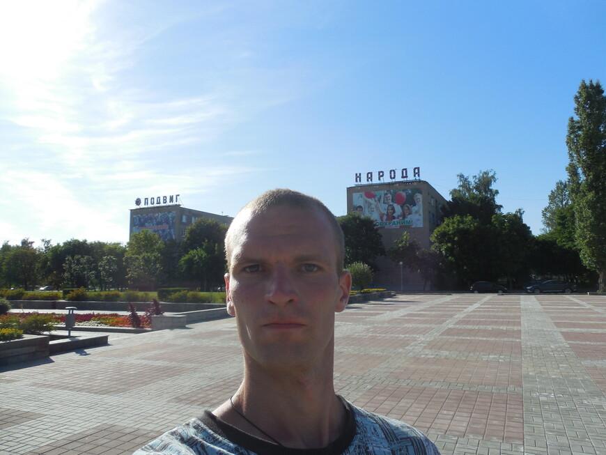 Мемориальный комплекс на месте Луполовского лагеря: надпись на хрущёвках «Подвиг народа бессмертен»