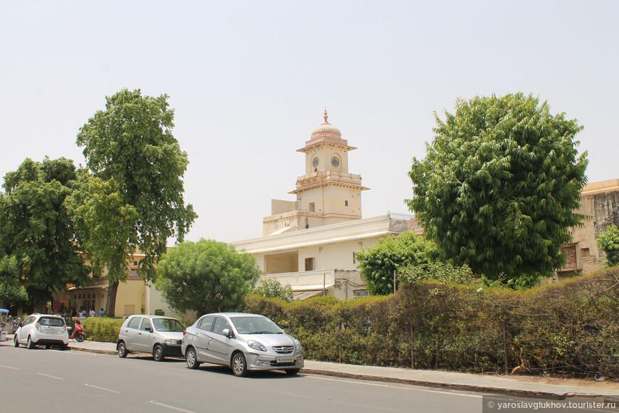 Здесь же находится Городской дворец махараджи.