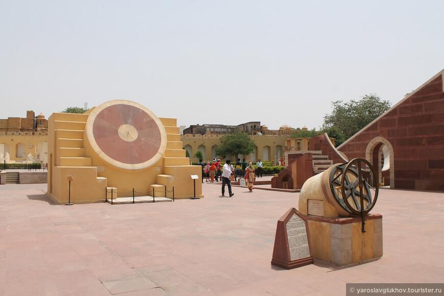 Обсерватория Джантар-Мантар была построена в 1727—1734 гг. раджпутским махараджей Савай Джай Сингхом — основателем Джайпура.