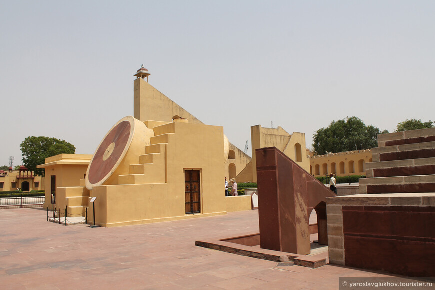 Джайпурский Джантар-Мнатар является лучшей сохранившейся обсерваторией Савай Джай Сингха. Кроме Джайпура подобные сооружения расположены в Дели, Бенаресе, Удджайне, Джайпуре и Матхуре.