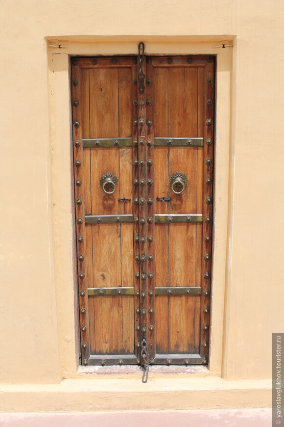 Деревянная дверь.