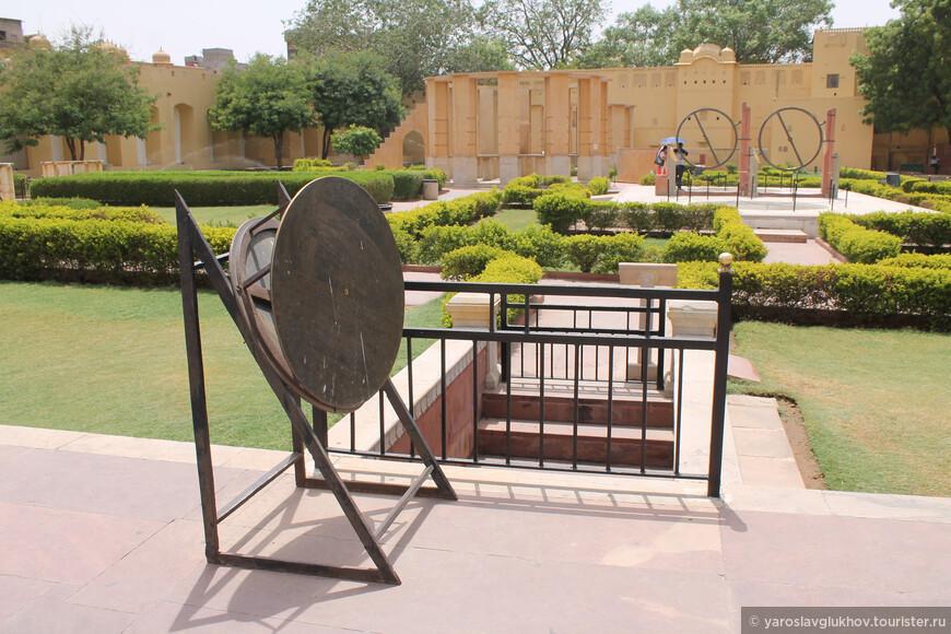 Не небольшой территории собрано много различных астрономических приборов, построенных ещё в XVIII веке.