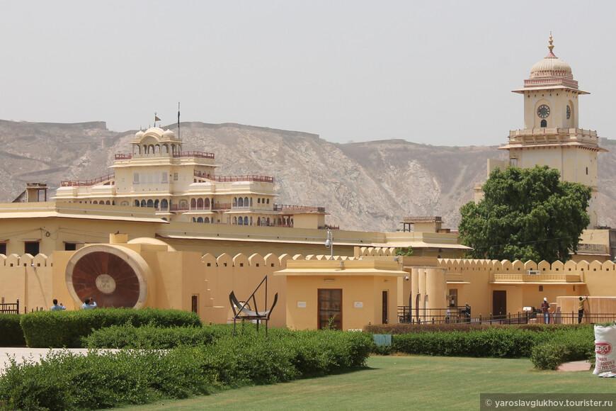 Отсюда виден Городской дворец — дворец махараджи.