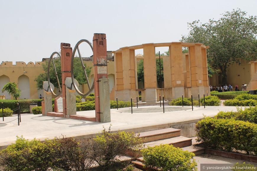 Прибор с колоннами — Рам-Янтра (Ram Yantra). Это строение в форме цилиндра, оно предназначено для измерения альтитуд и азимута небесных тел.