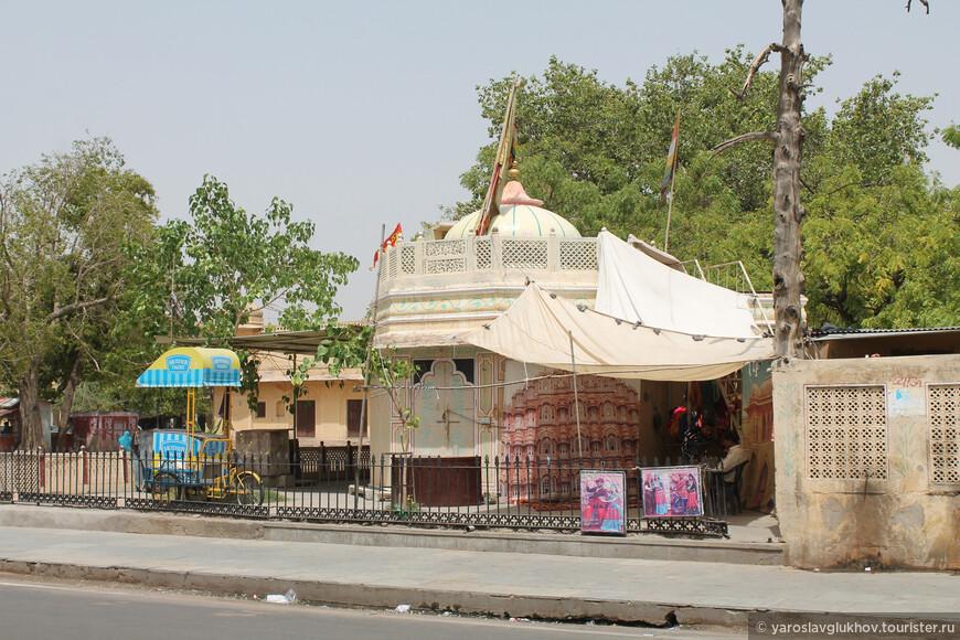 А по пути обратно нам встретился небольшой индуистский храм.