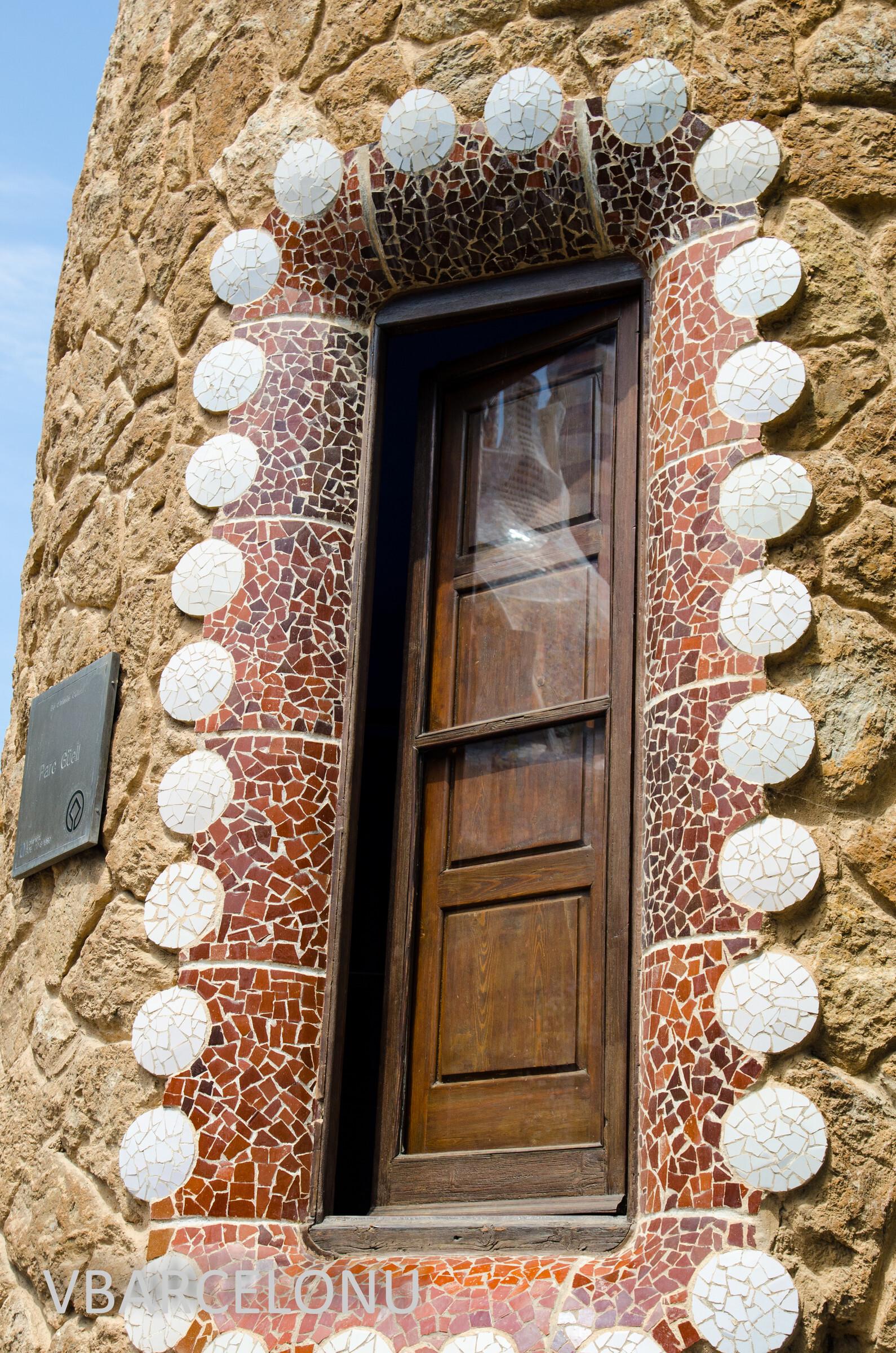 """Ставни на окне в """"Пряничных домиках"""", Барселона. Парк Гуэль"""