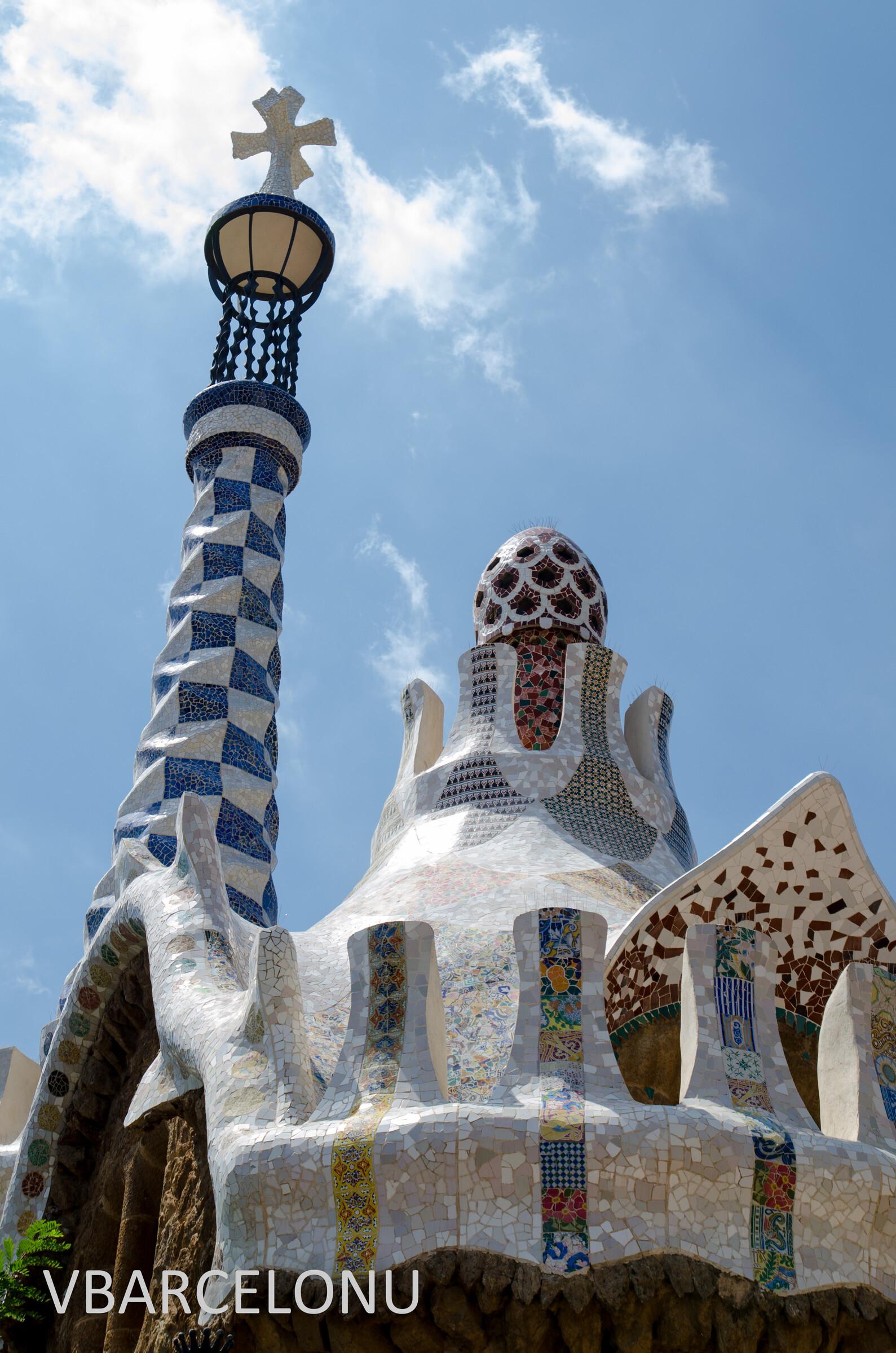 """Верхушка левого """"Пряничного домика"""" при входе в парк. Сверху знаменитый многогранный крест Гауди, Барселона. Парк Гуэль"""