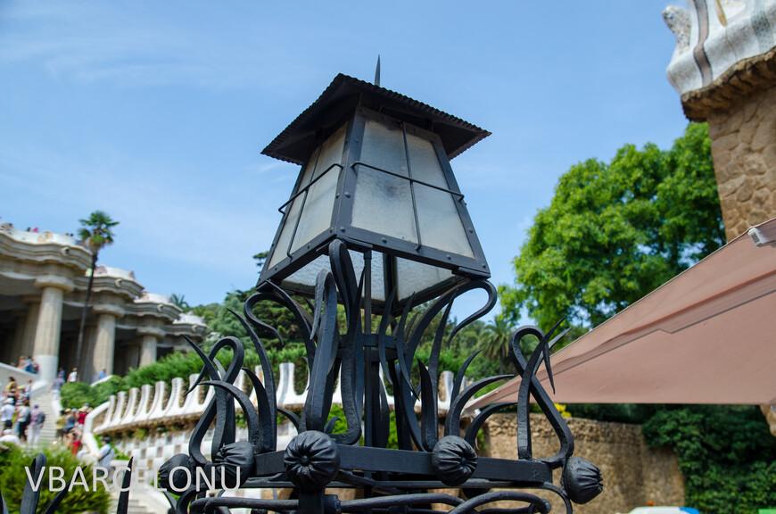 Фонарь на кованых воротах при входе в Парк Гуэль