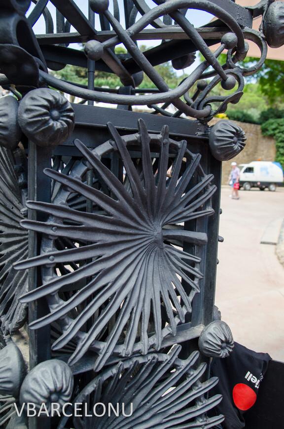 Декоративный элемент на кованых воротах при входе в Парк Гуэль