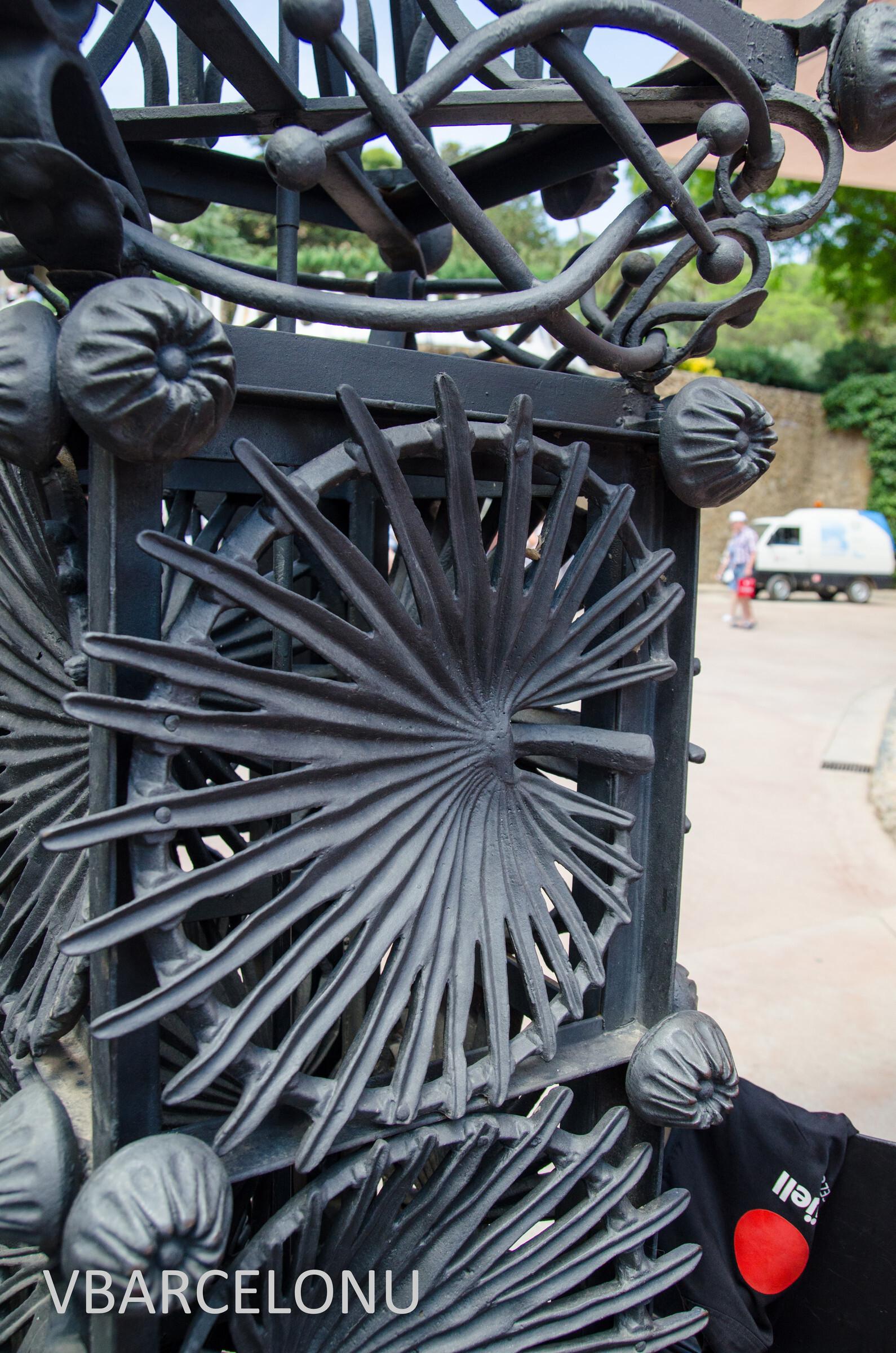 Основной элемент кованых ворот в Парке Гуэль - пальмовый лист. Пальма - священное для христиан дерево. Именно пальмовым листом встречал в Иерусалиме народ вошедшего Иисуса. Архитектор Антонио Гауди был глубоко верующим человеком. К слову, решетка с пальмовым листом была привезена в Парк Гуэль из Дома Висенс, спустя много лет после смерти Антонио Гауди., Барселона. Парк Гуэль