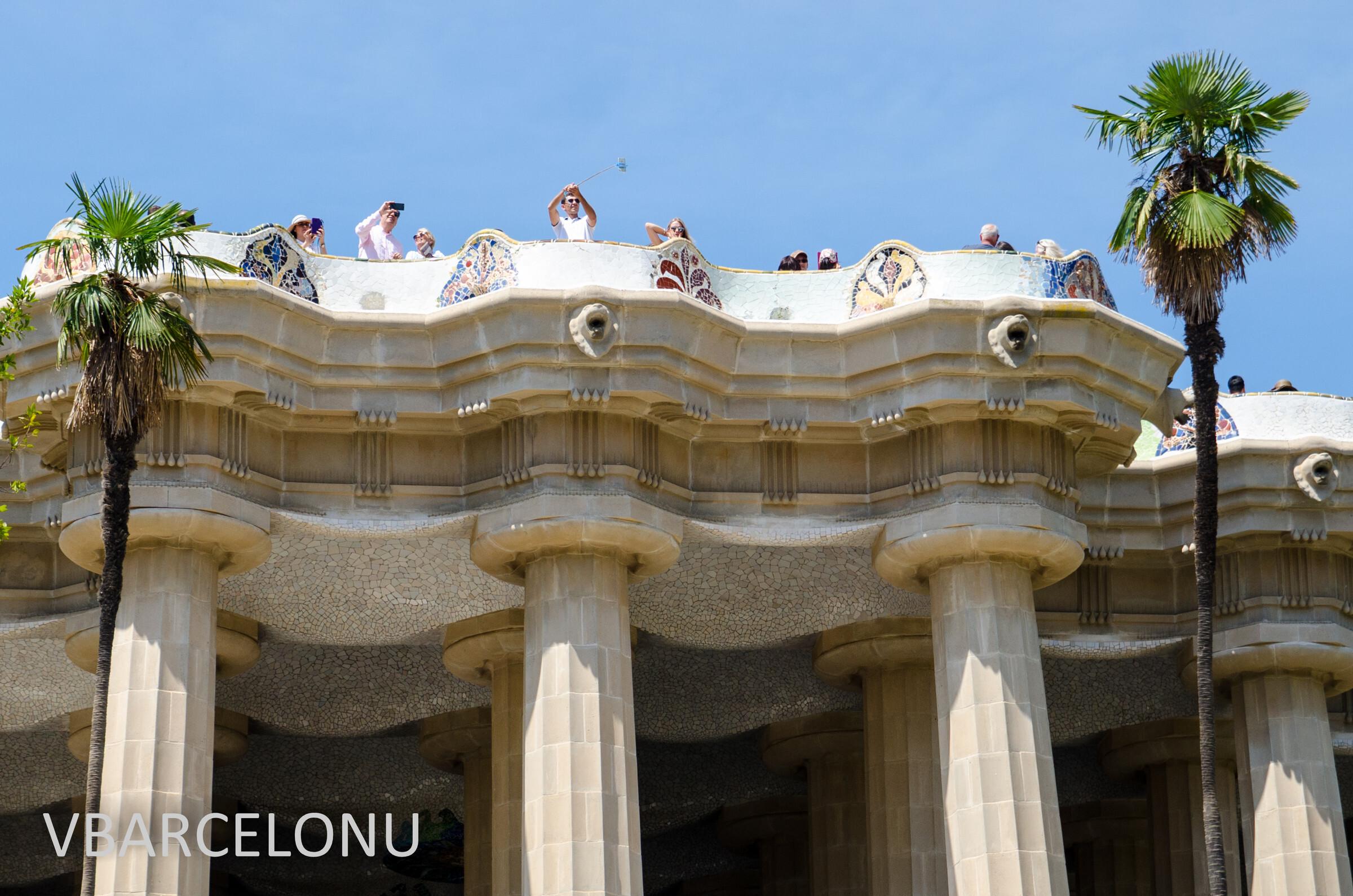 """Сверху """"Зала ста колонн"""" расположена знаменитая изогнутая скамья, самая длинная  мире, Барселона. Парк Гуэль"""