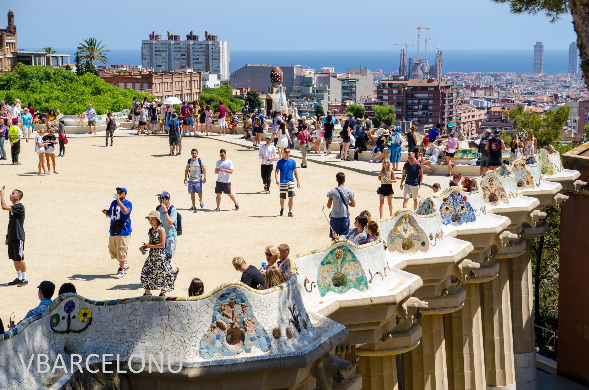 Скамья и вид на город и море, Барселона. Парк Гуэль