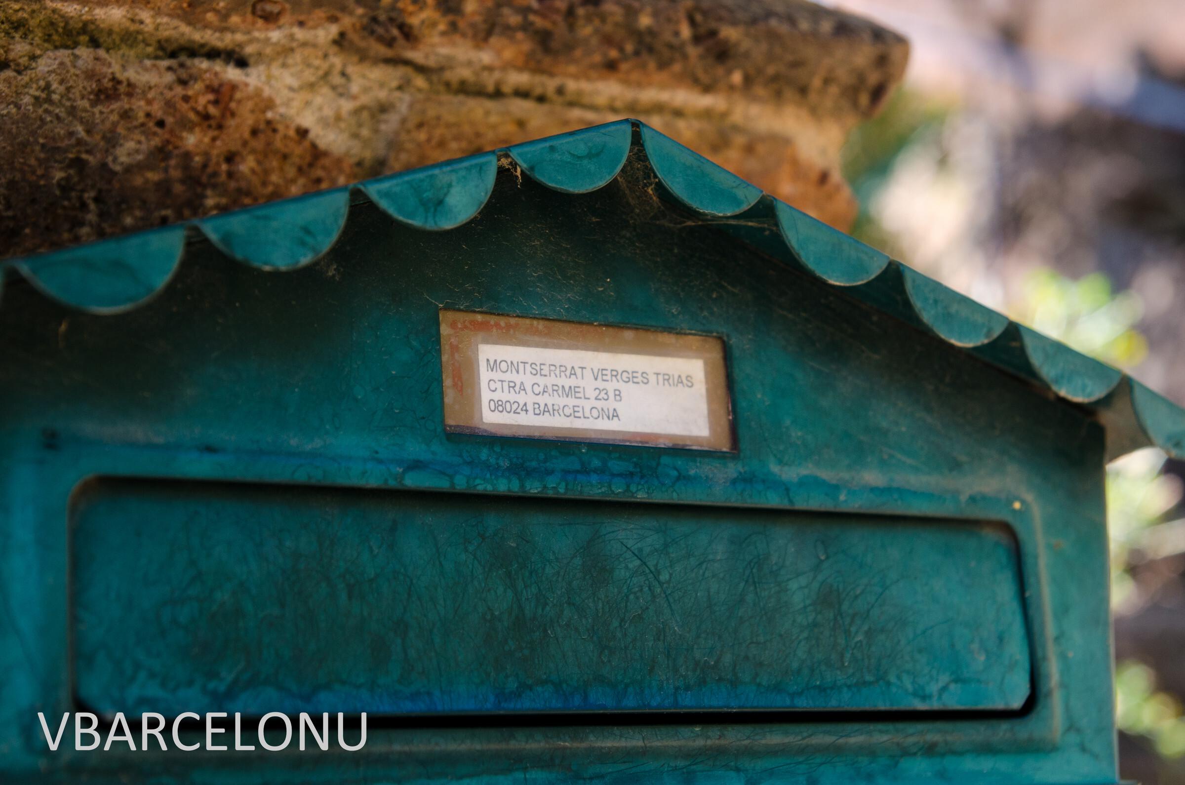 Дом Триаса. Почтовый ящик с адресом, Барселона. Парк Гуэль