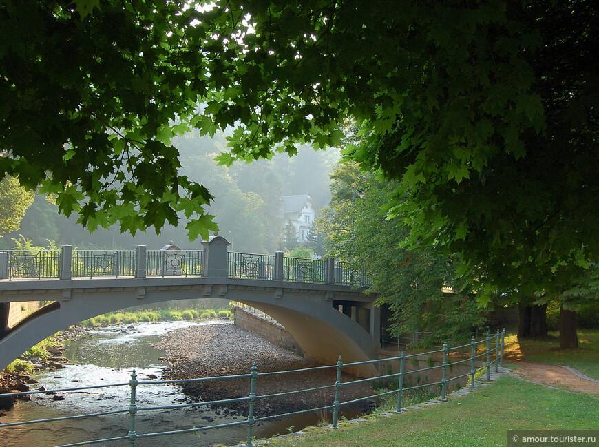 Мост через Теплу на Плзень. Раннее летнее солнце освещает склон холма с виллой Дворжика. Деревья парка обрамляют панораму. Сейчас эту панораму испортили, по-моему, построив за мостом новое здание. Без него было гораздо симпатичнее.