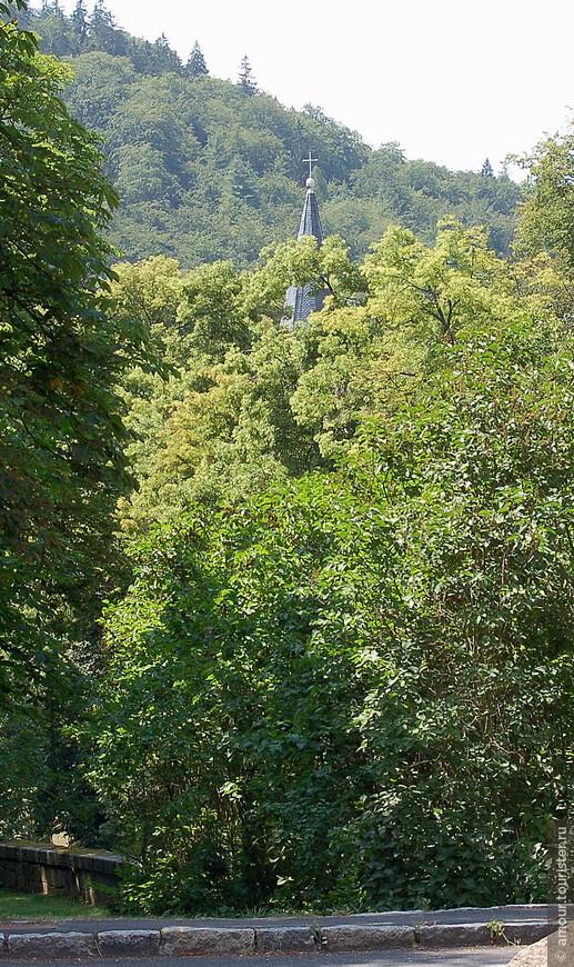 Карловы Вары очень зелёный город.  Прогуливаясь по берегу речки Теплы, можно наблюдать церковь скрытую в густых зарослях.