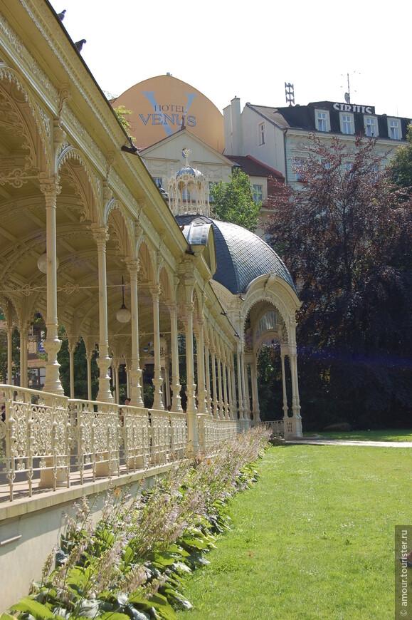 Ну а далее рядом находится ажурная чугунная Садовая колоннада, прилегающая к Садам Дворжака.