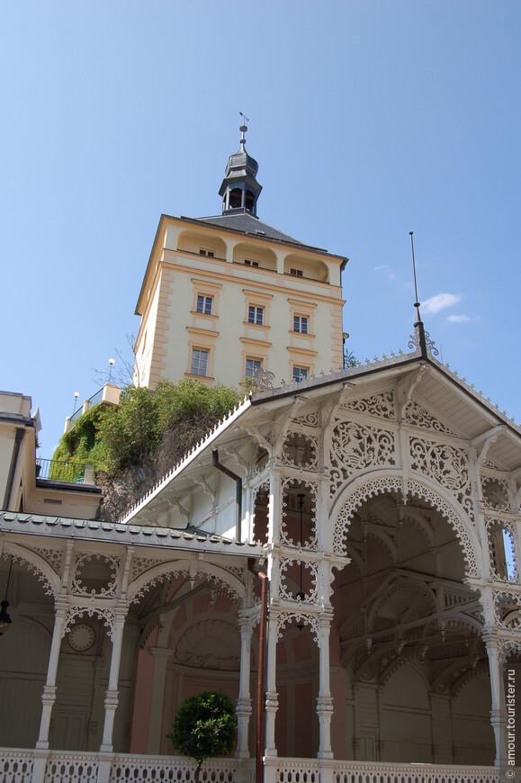 Деревянная постройка, сооруженная в швейцарском стиле по плану должна была накрывать горячие источники лишь несколько лет. Но после того, как она простояла над источниками Рыночным и Карла IV более ста лет, город взялся за ее сохранение и полную реконструкцию.