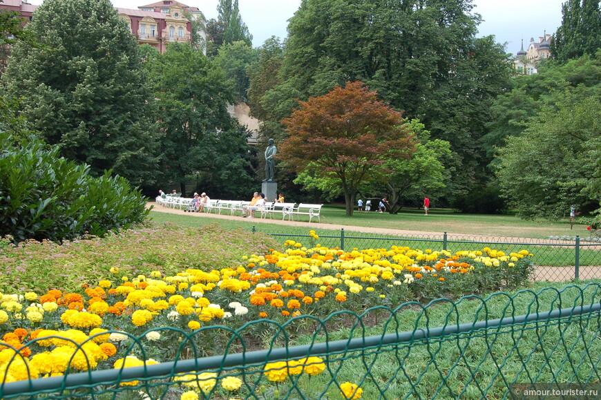 Этот парк получил свое наименование в честь известного композитора А. Дворжака, который не раз приезжал в Карловы Вары вовсе не для отдыха, а по работе. Он встречался тут со своими издателями, общался с музыкальными критиками. Писал свои произведения. Такое внимание к городу не могло остаться не вознагражденным, и в 1974 году городские власти установили в этом парке памятник Дворжаку. Композитор задумчиво смотрит вдаль с небольшого постамента, словно пытается постичь какую-то тайну.