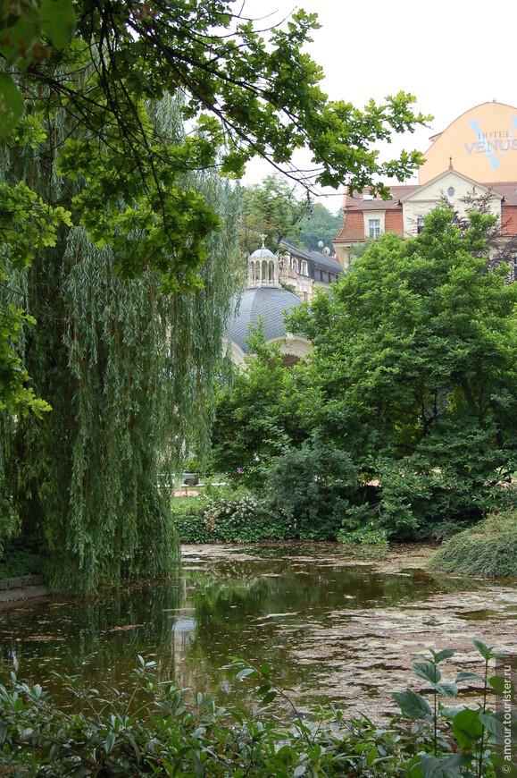 Летом это озеро смотрится очень романтично со струящимися сверху вниз ветвями ивы и буйной растительностью по берегам.