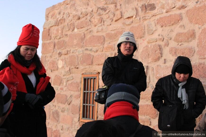 Молитвы паломников на вершине горы.  Одних сюда влечет вера, других — простой интерес, но ежедневно большое количество людей поднимаются на гору.