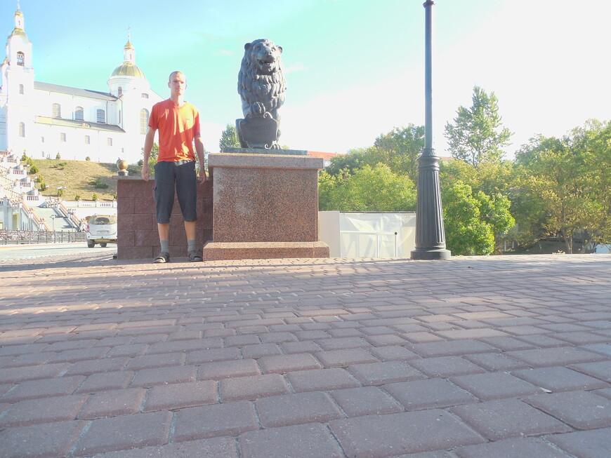 Пушкинский мост, cкульптура льва и Свято-Успенский кафедральный собор