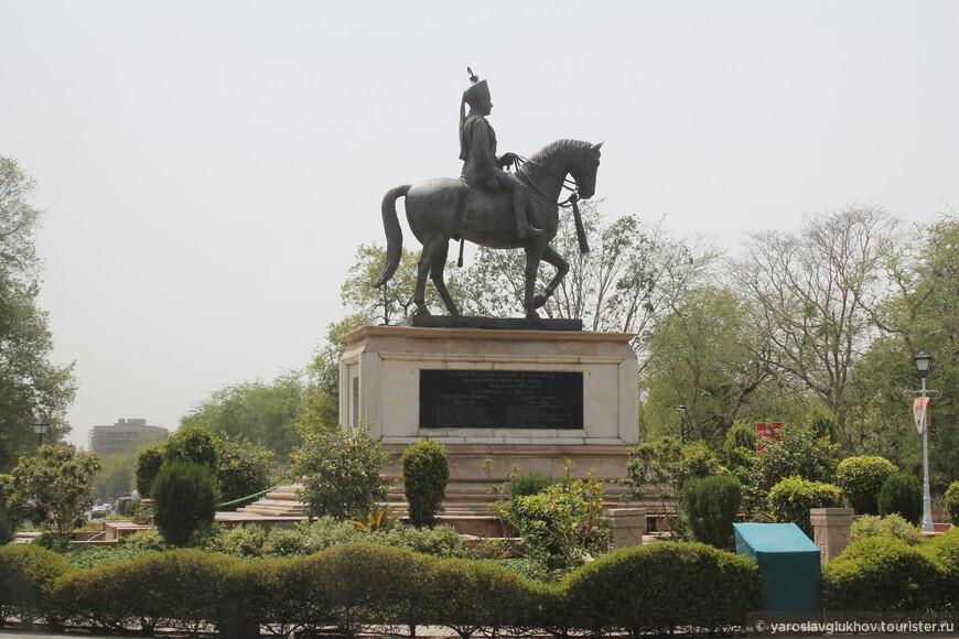 Перед музеем Альберт-холл установлен конный памятник махарадже Джайпура Савай Ман Сингху II.