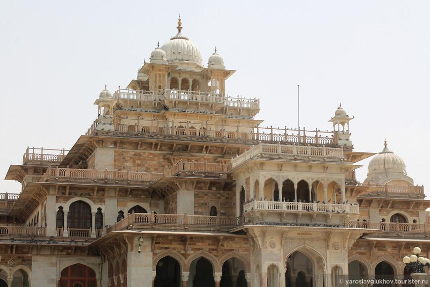 Здание Альберт-холла было построено в индо-сарацинском стиле в 1876–1887 гг. британским архитектором сэром Сэмюэлем Суинтоном Джейкобом.