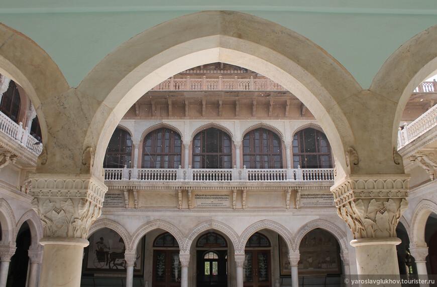 Внутри размещены различные экспонаты, рассказывающие как об индийской истории, так и о мировой в целом.