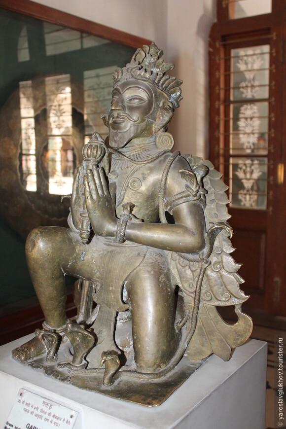 Статуя Гаруды — ездовой птицы (вахана) бога Вишну, борца со змеями-нага.