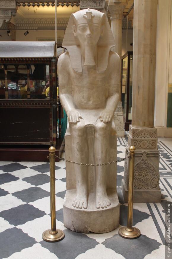Скульптура фараона в Египетском зале.