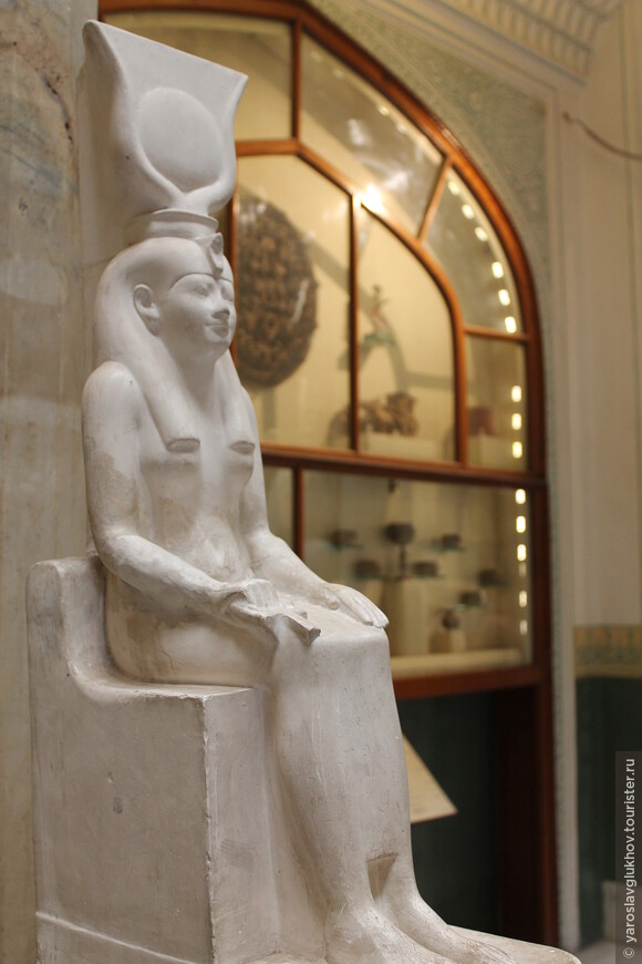 Здесь всё выполнено в египетских традициях.