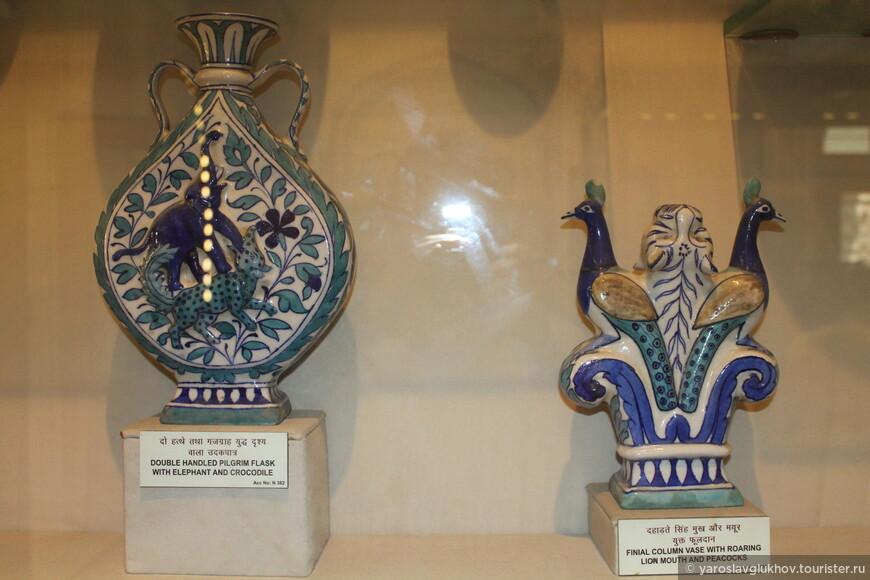 Слева на кувшине изображены слон и крокодил, а справа — пара павлинов.