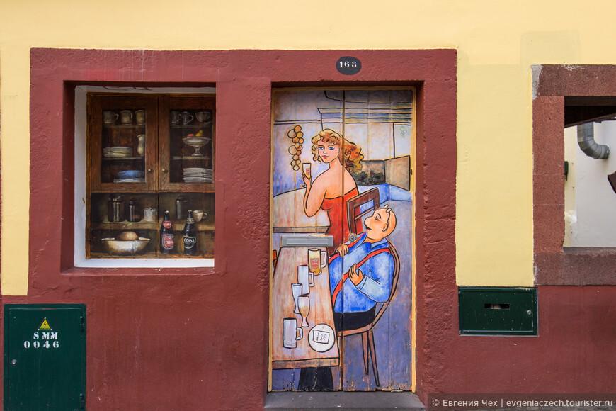 А здесь расписана не только дверь, но и окно)