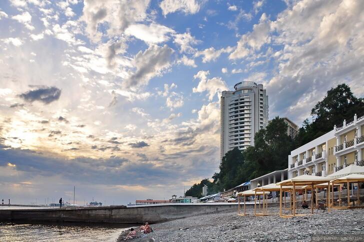 Пляж и частный сектор у моря в Сочи в начале сезона © Igor Butyrskii