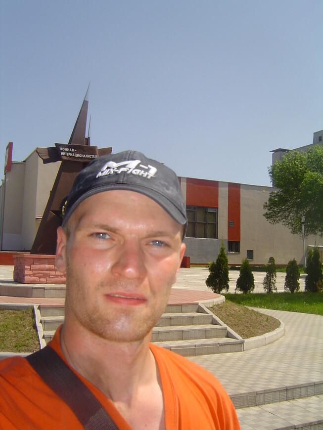 Памятник воинам-интернационалистам и дом культуры