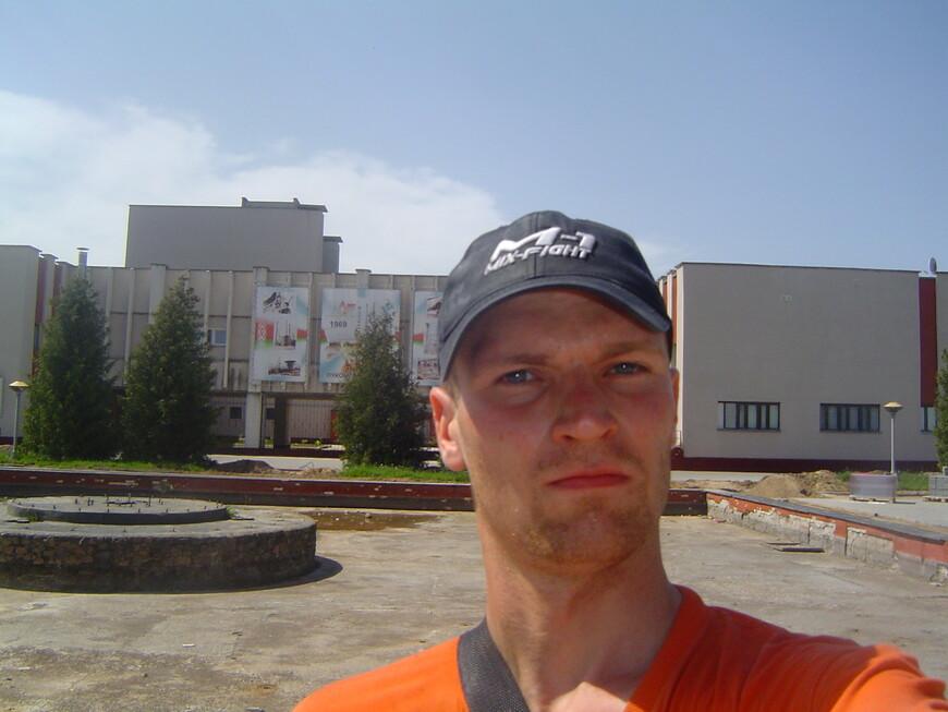 Центральная площадь: фонтан и дом культуры (диско-бар «Титан»)