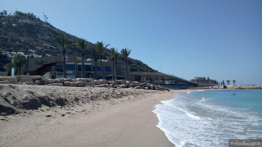 Остановились почти сразу на въезде в город. Море. Видимо, жители не очень любят это место, т.к. очень пусто. Хотя чисто, песок приятный, море теплое, но волны!!!