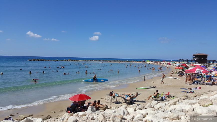 Еще один пляж Хайфы. Здесь расположены огромные отели на берегу. Людей, как видите, предостаточно.